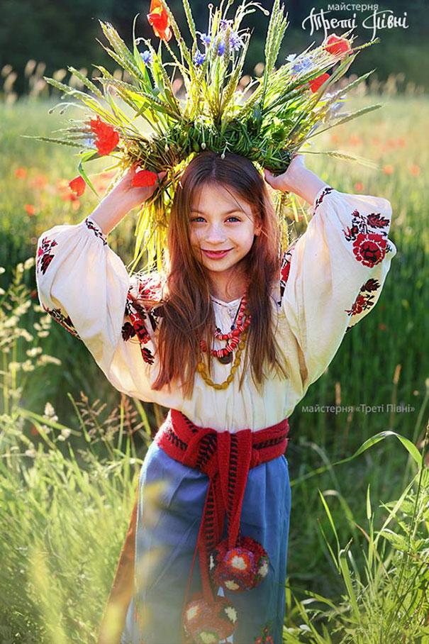 beautiful-traditional-ukrainian-flower-crowns-costume (10)