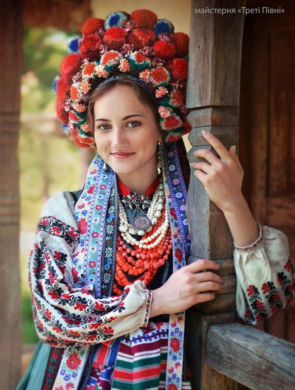 beautiful-traditional-ukrainian-flower-crowns-costume (8)