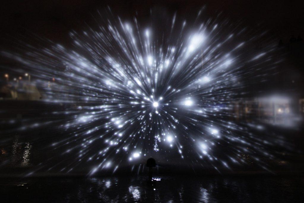 带你进入星际旅行的三维水面灯光秀插图(1)