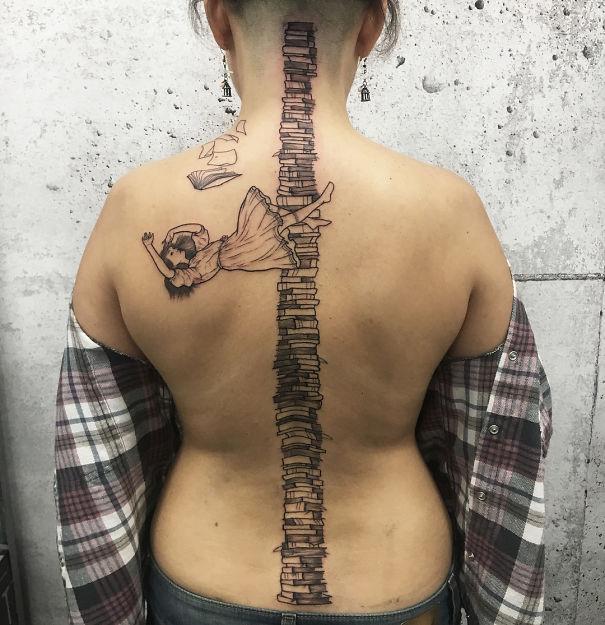 30个最好的脊柱纹身插图(18)