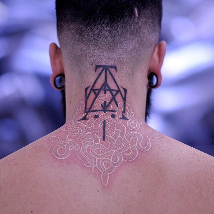 看起来像魔法符文的白色纹身设计插图(7)
