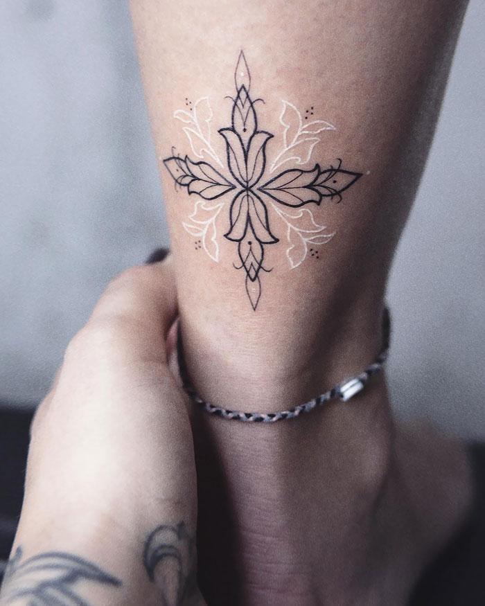 看起来像魔法符文的白色纹身设计插图(10)