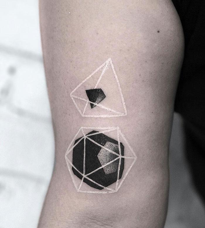 看起来像魔法符文的白色纹身设计插图(6)