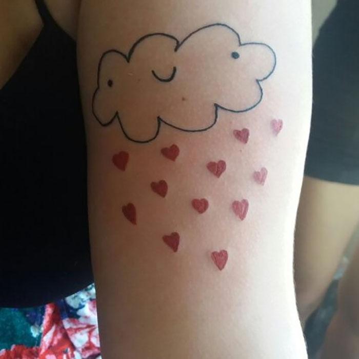 这位纹身艺术家没有高超的绘画技巧,但这也是她的客户选择她的原因插图(12)