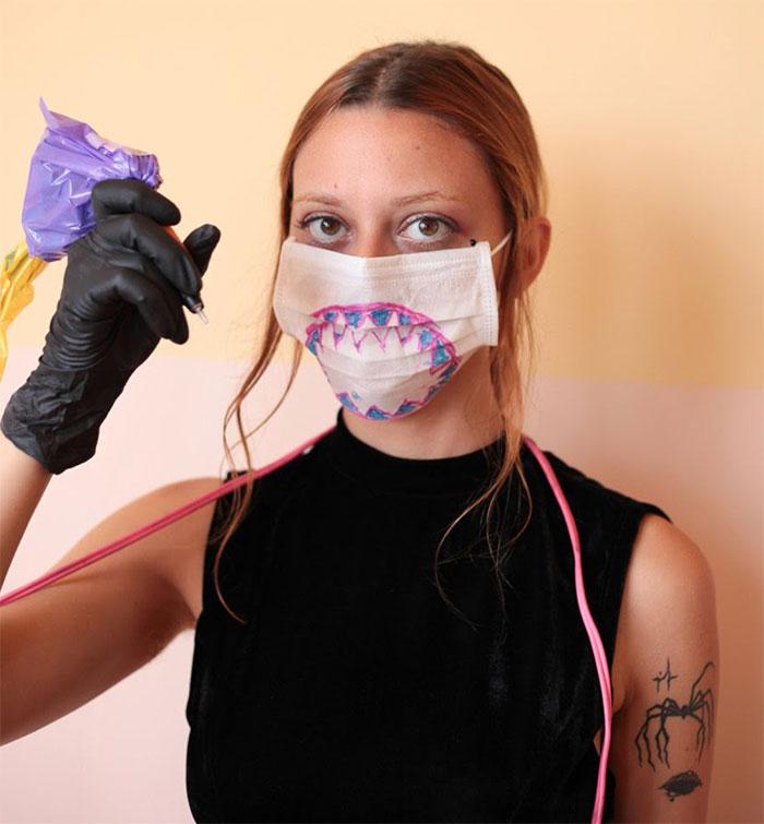 这位纹身艺术家没有高超的绘画技巧,但这也是她的客户选择她的原因插图