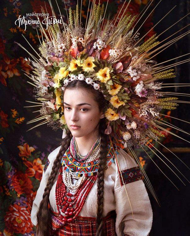身着传统服饰和佩戴传统鲜花头饰的乌克兰美女们插图