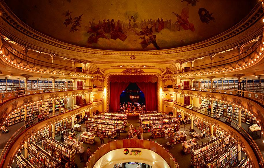 改造自百年剧院的书店插图