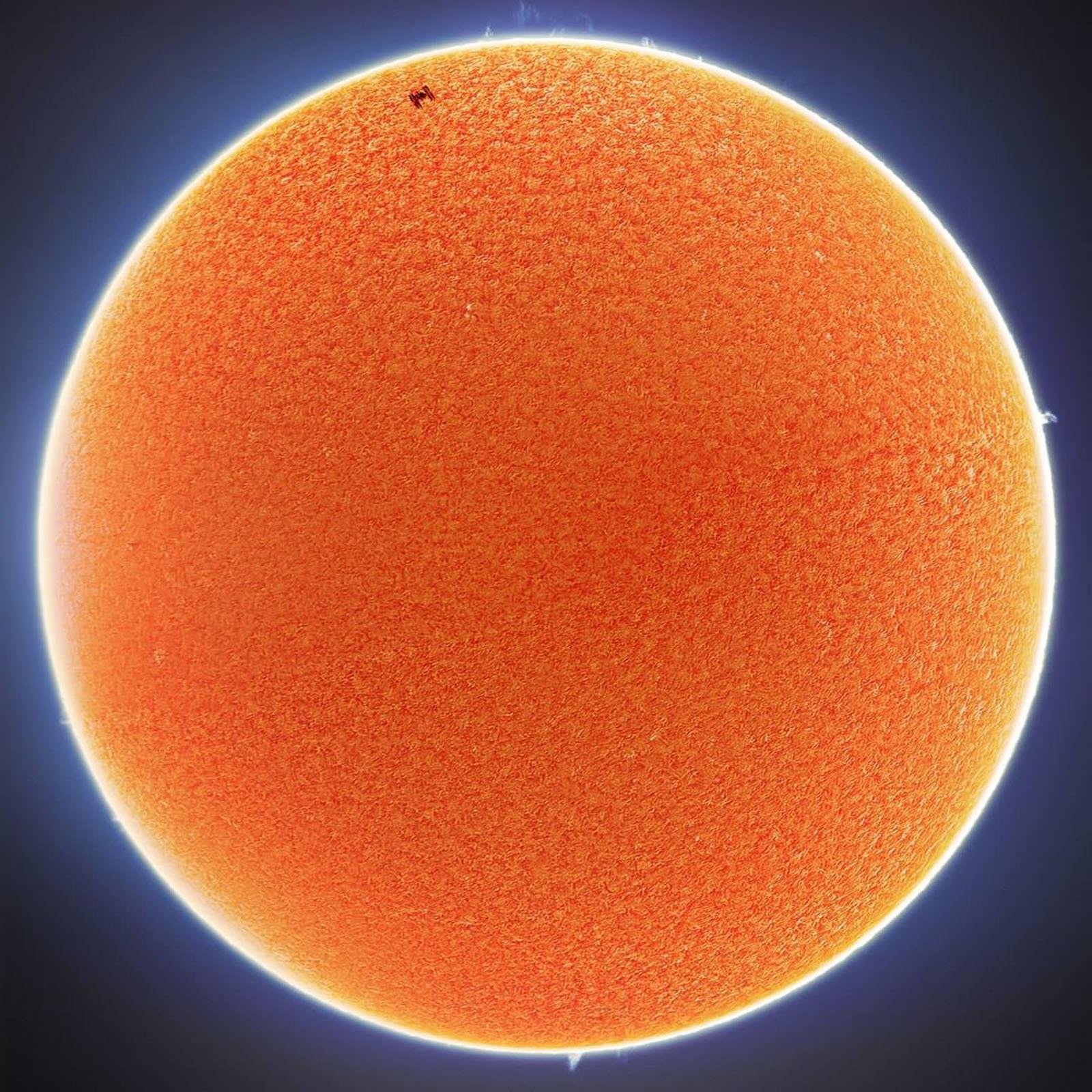 摄影师在他家后院抓拍到了国际空间站与太阳和月亮交错而过的照片插图1