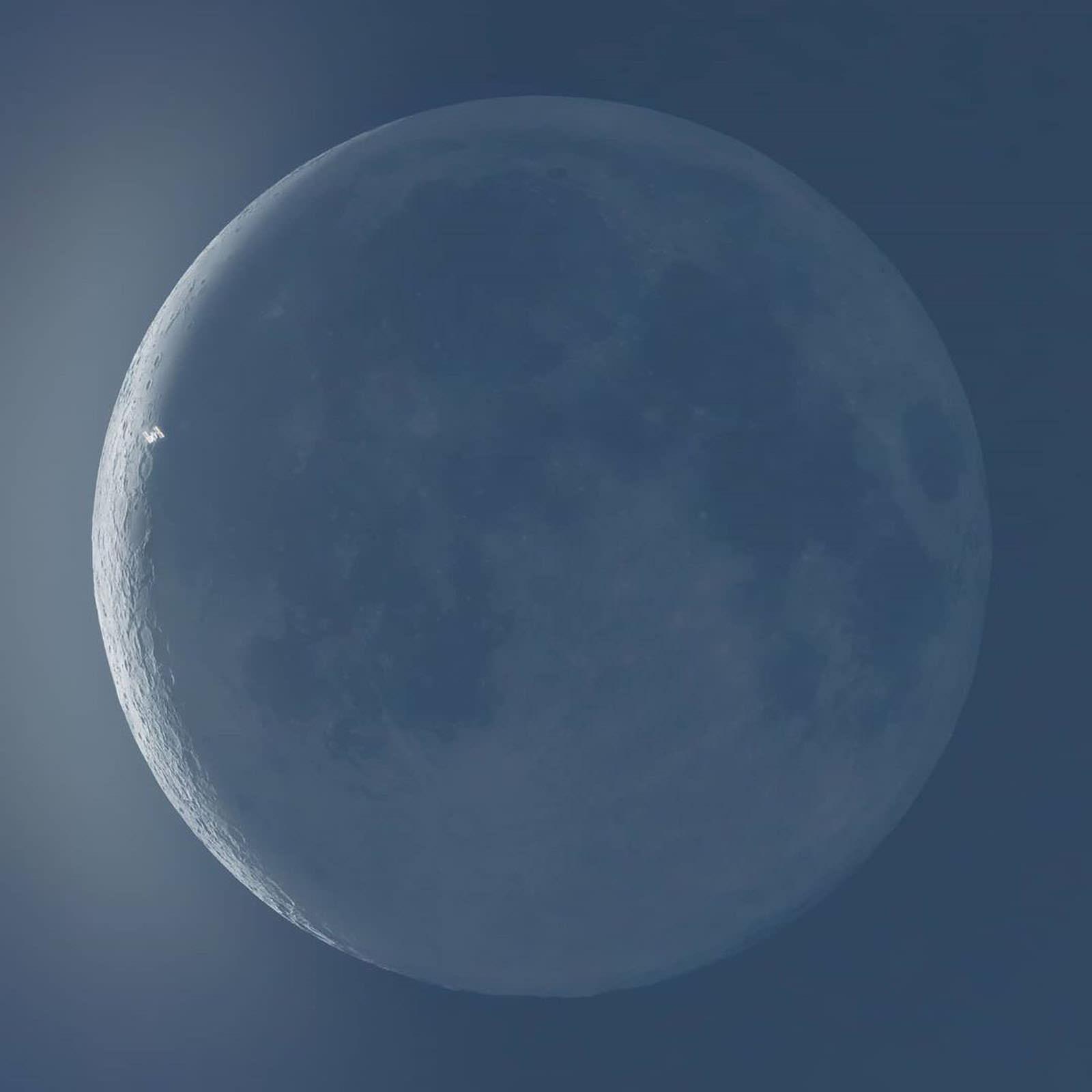 摄影师在他家后院抓拍到了国际空间站与太阳和月亮交错而过的照片插图